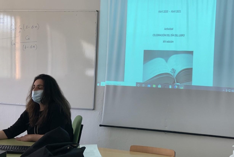 Día-Libro-2021-Esther-con-portada-en-pantalla